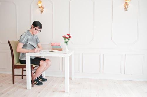 メールを書く男性