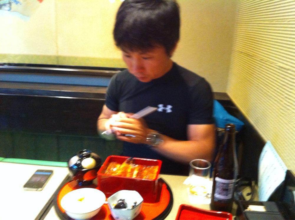 食べる山崎徳之さん