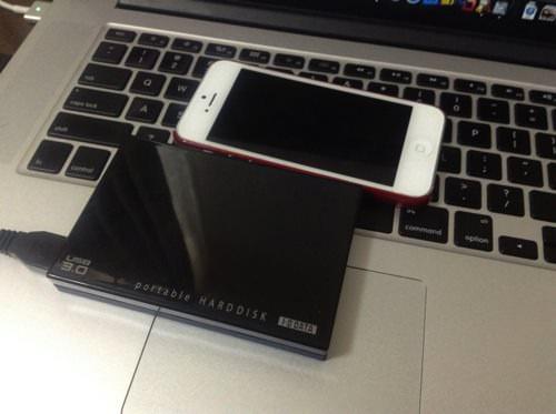 USB3.0のHDDとiPhone 5のサイズ比較画像