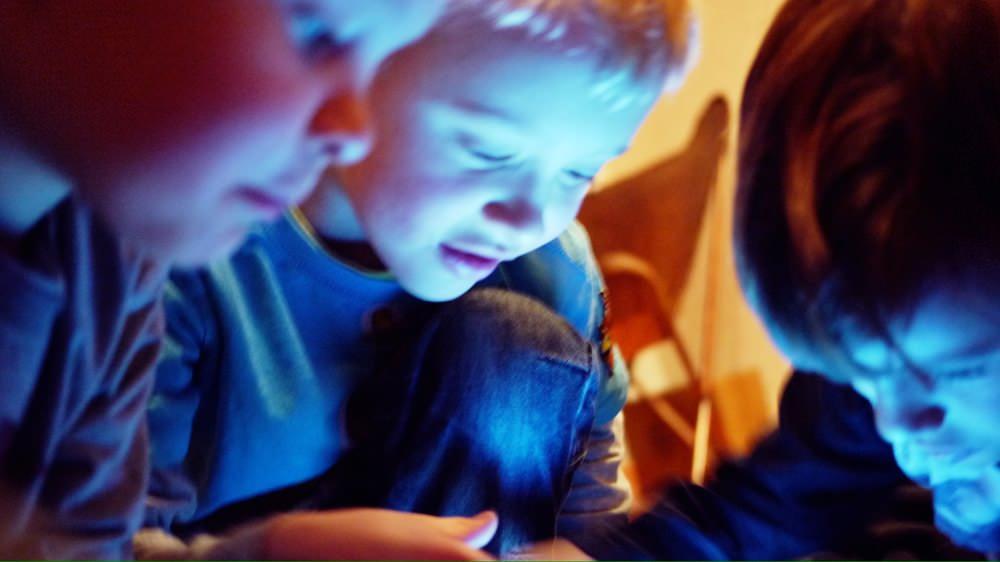 iPadを見つめる子供達