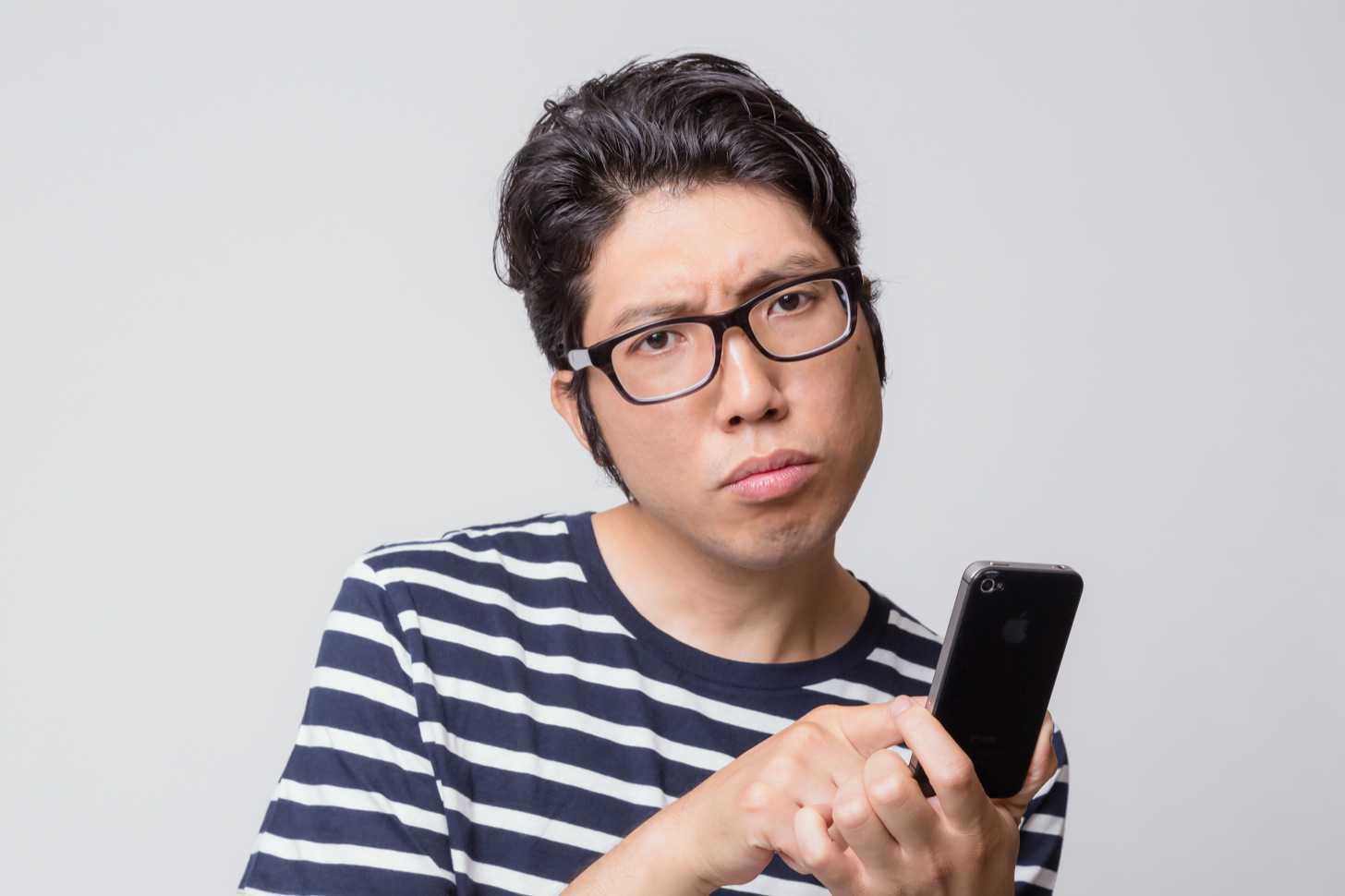 iPhoneでSiriやFacetimeが使えなくて困っている男