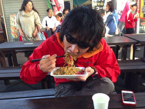 富士宮やきそばを食べる