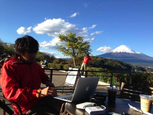 富士山を背にノマドしだす先輩