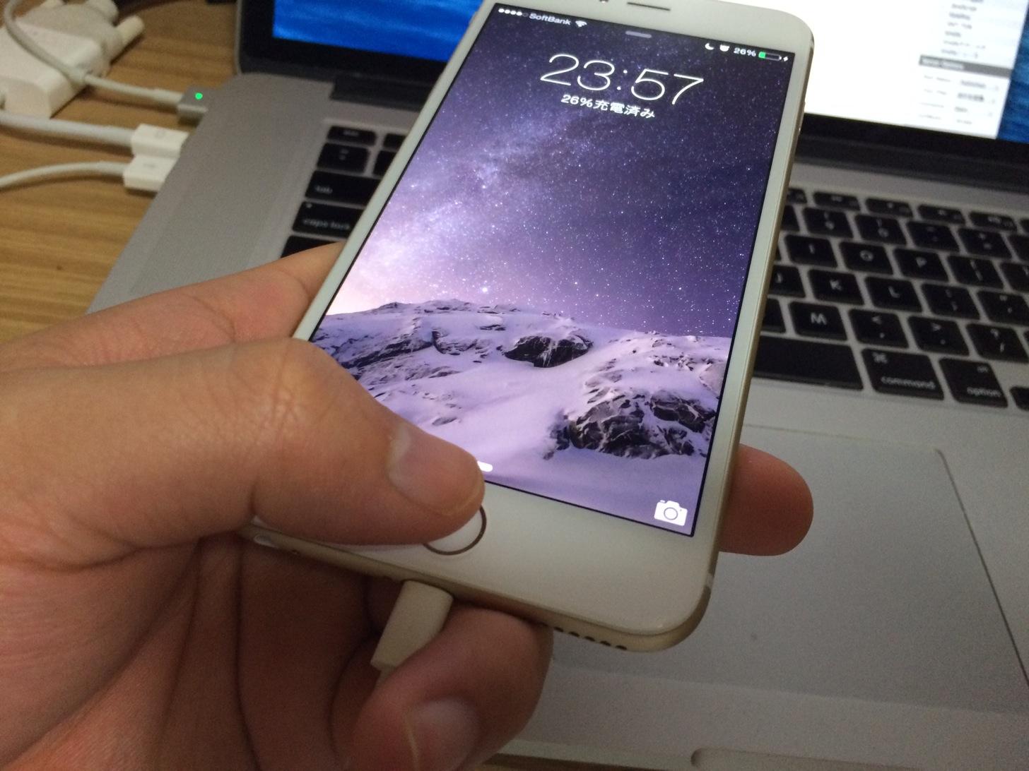 iPhoneのロック画面にいき、ホームボタンに指紋を登録した指を当てます。