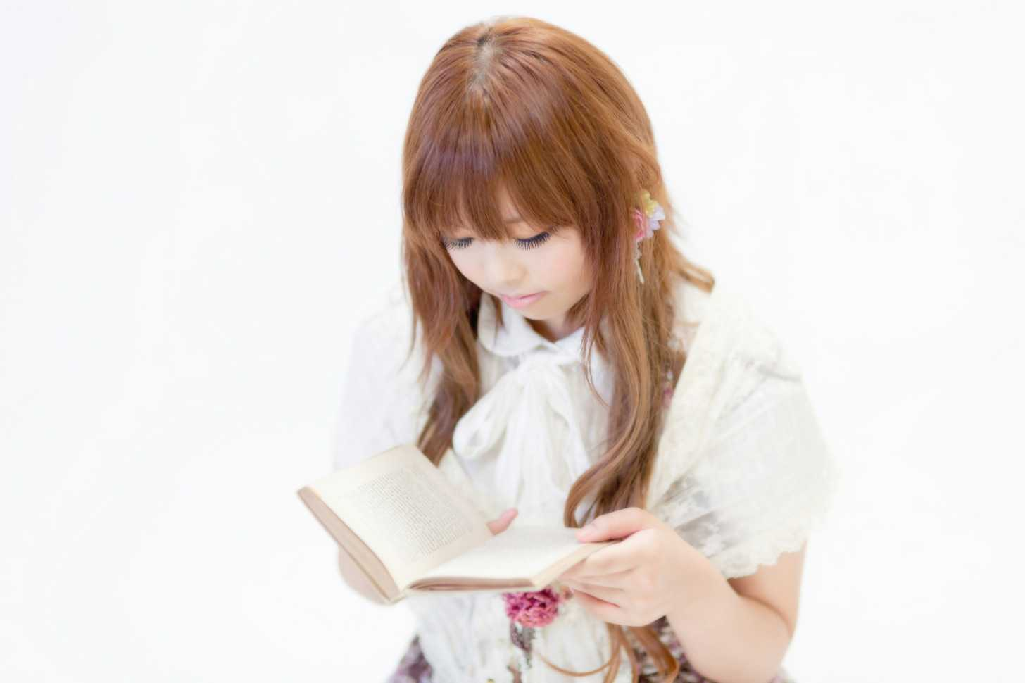 漫画を読む女の子