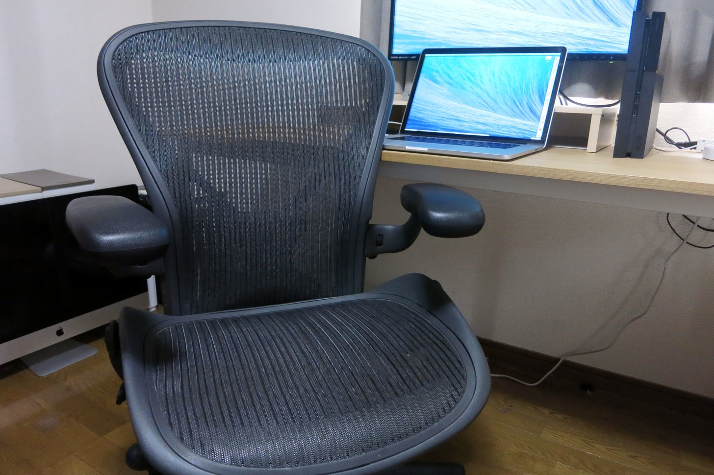 【レビュー】1年間アーロンチェアを使ってみたけど、やっぱりコイツはいい椅子だ。