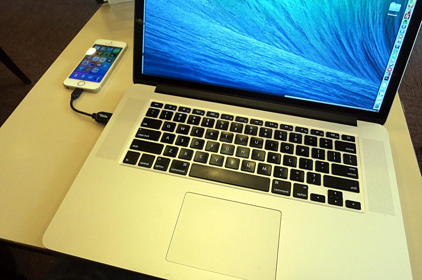 AmazonライトニングケーブルをMacBook Pro Retinaディスプレイモデルに接続した図