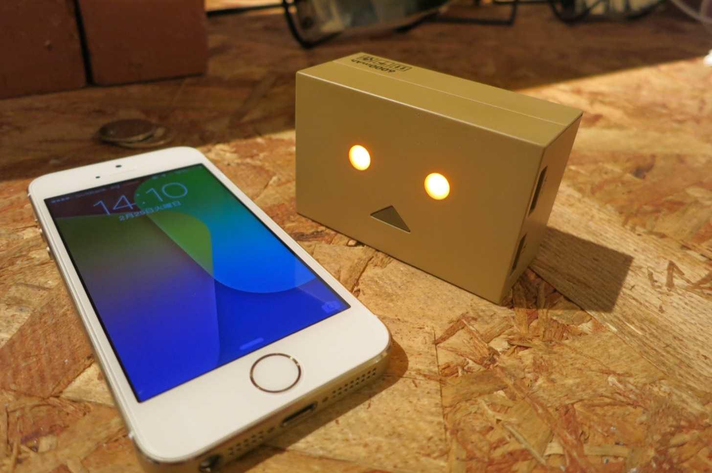 iPhoneに睨みをきかすダンボーバッテリー