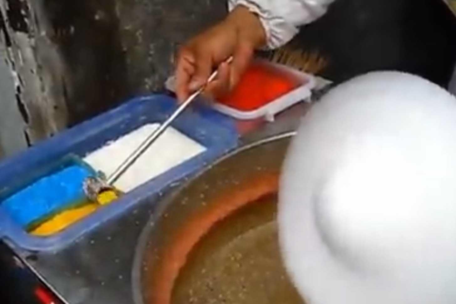 色の付いた黄色の砂糖を導入