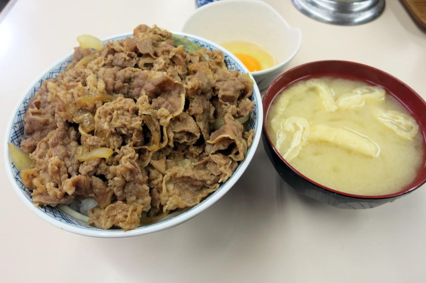 牛丼専門サンボの牛丼とみそ汁と玉子セット