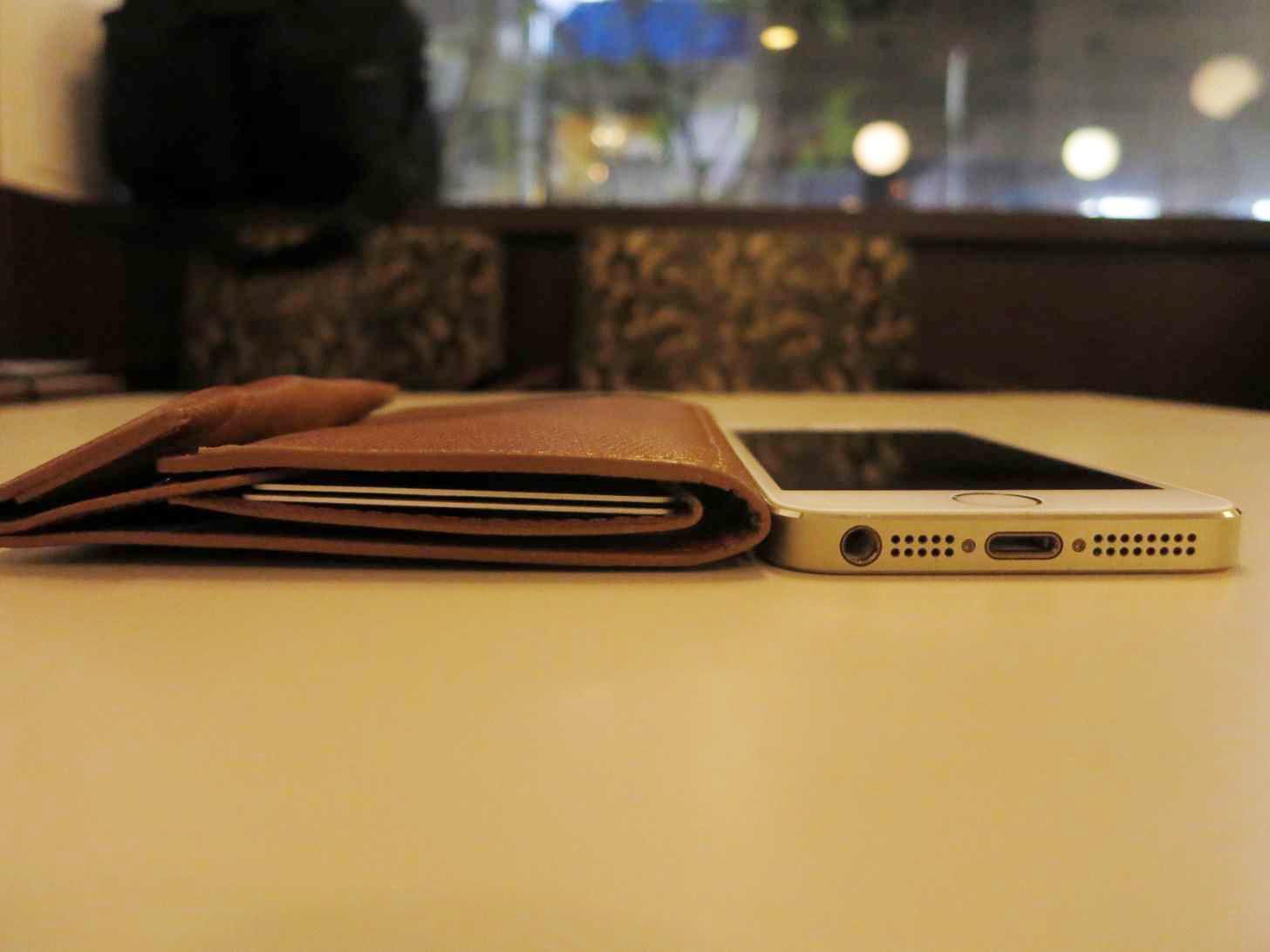 薄い財布の厚さをiPhoneと比較してみた