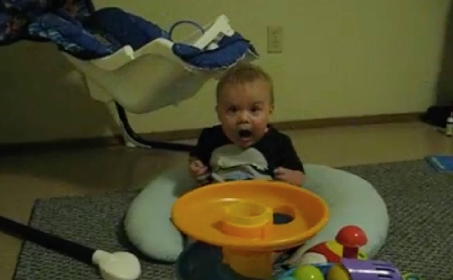 素晴らしいリアクションを魅せる赤ちゃん
