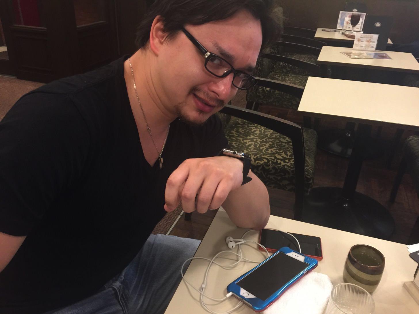 Apple Watchで電話するマックス氏