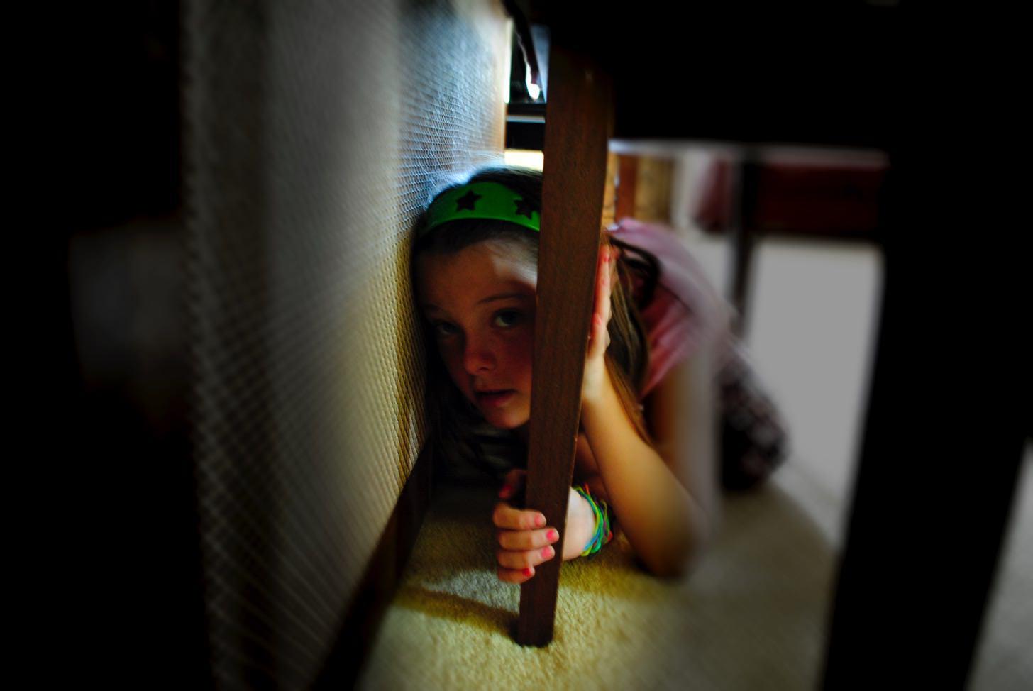 隠れる少女