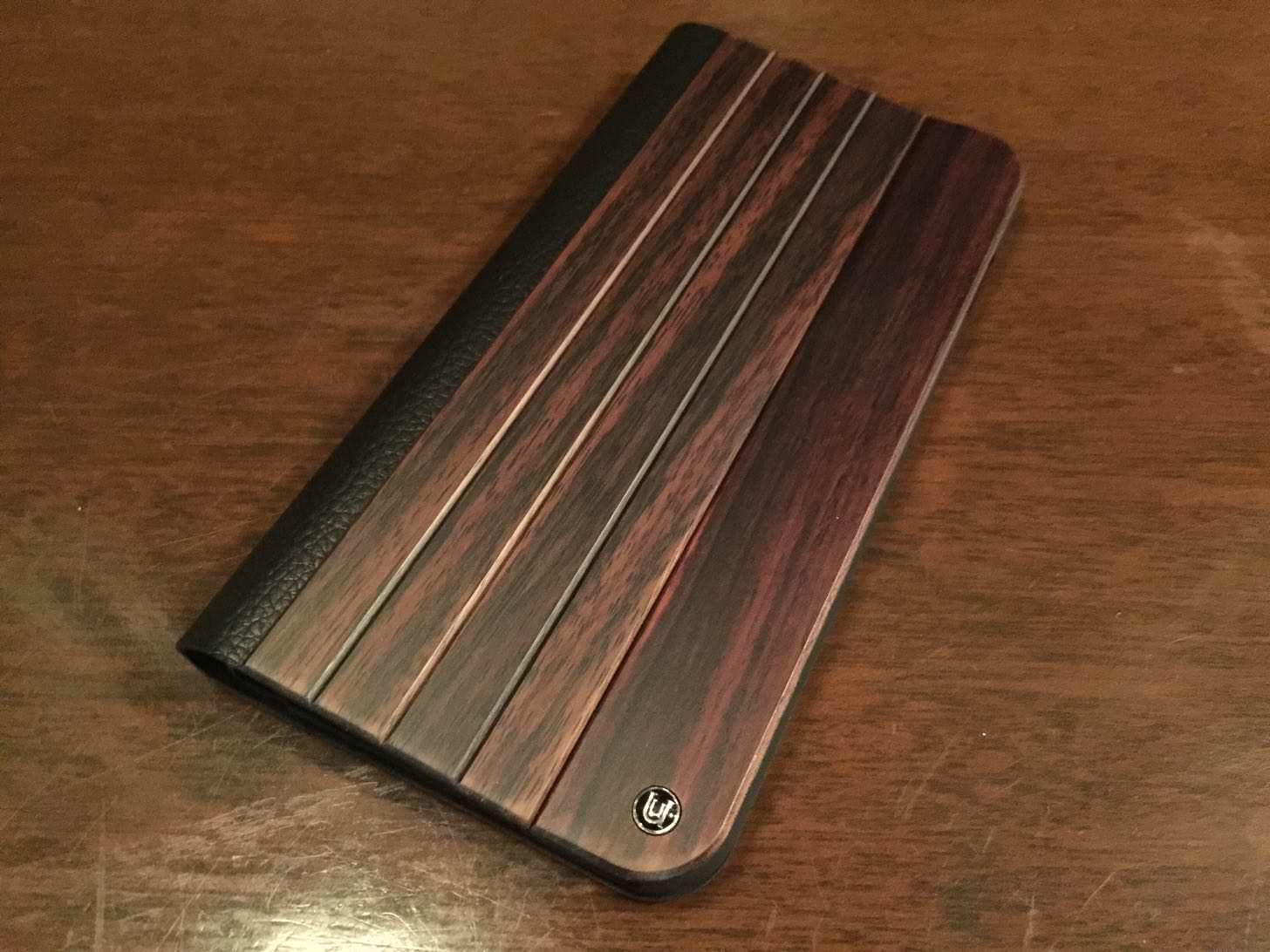 UUNIQUE Wooden Case with Panel Designの正面。