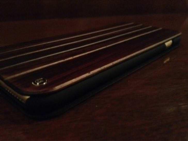 UUNIQUE Wooden Case with Panel Designを右サイドから。