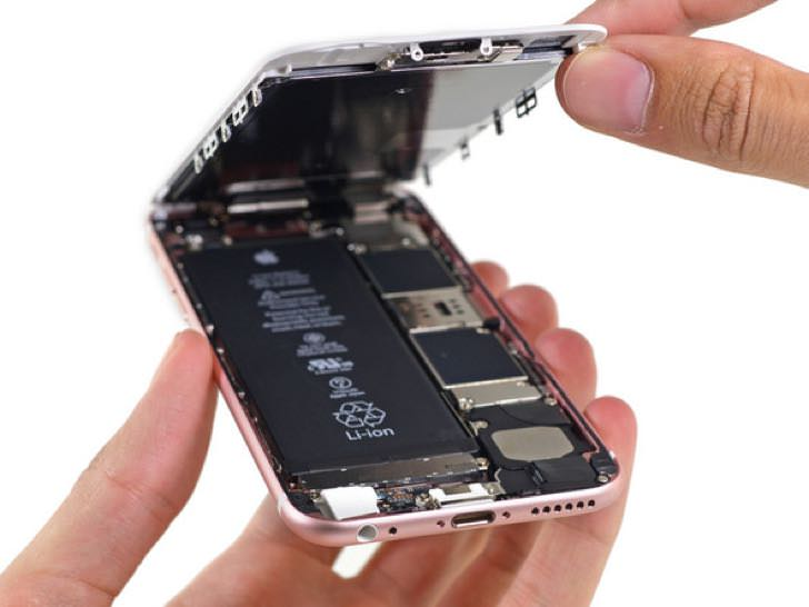 バラバラに分解されたiPhone6s。