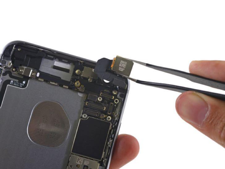 バラバラに分解されたiPhone6sPlus