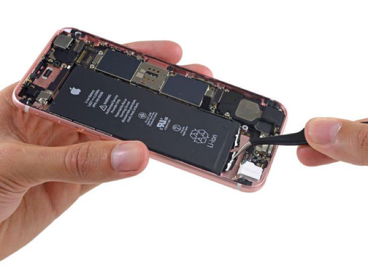 バラバラに分解されたiPhone6sローズゴールド。
