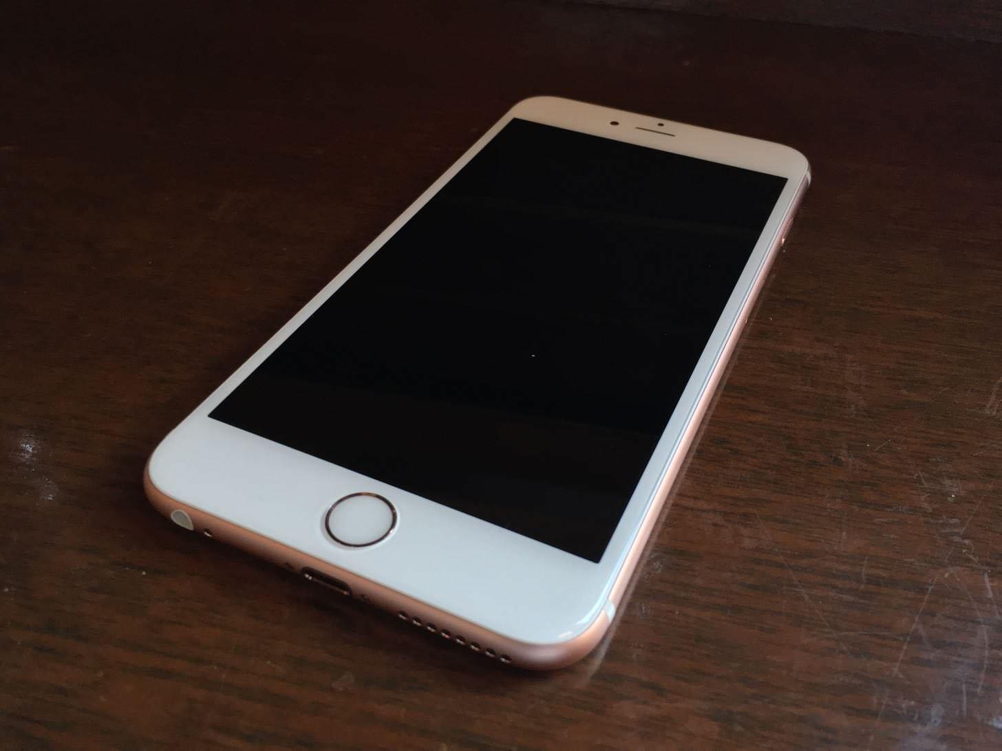 iPhone 6s Plus ローズゴールド 64GBの正面。