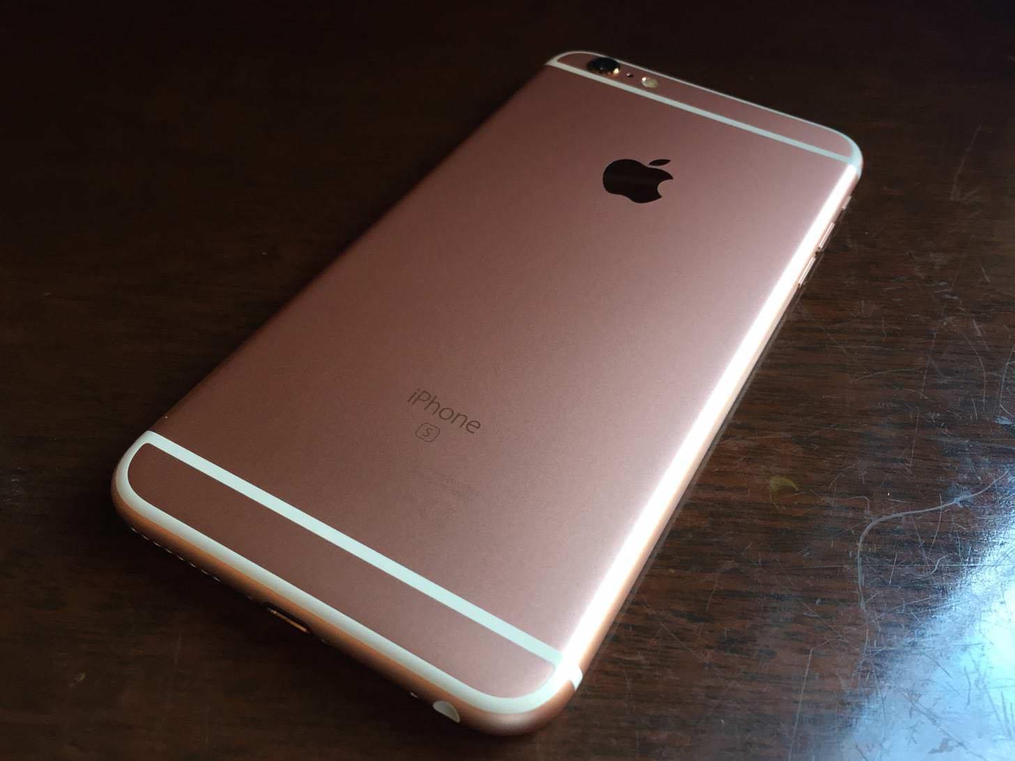 iPhone 6s Plus ローズゴールド 64GBの背面。