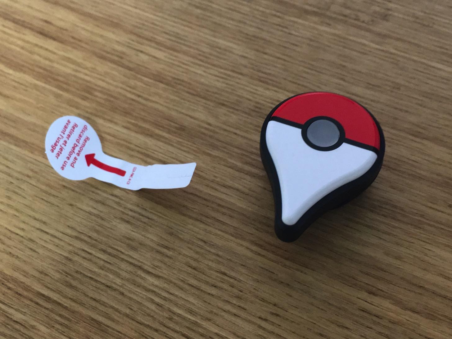 Pokémon GO Plusの絶縁シートを外す。