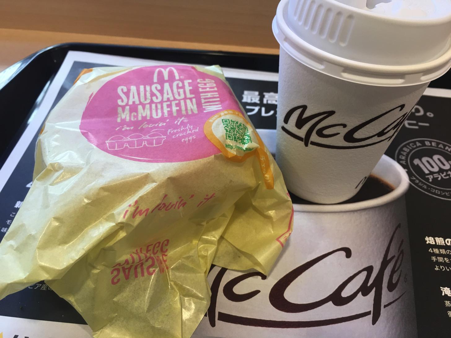 ソーセージエッグマフィンとプレミアムローストコーヒー