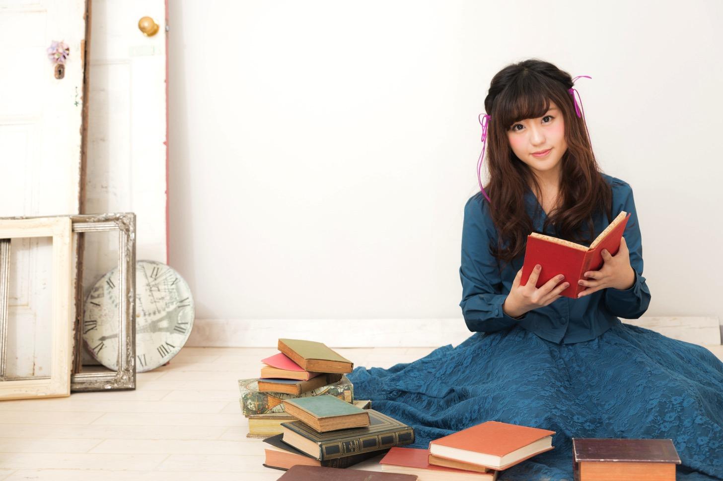 本を読む女子。