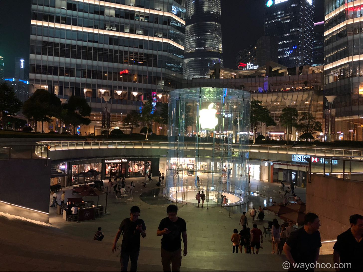 夜のApple Store上海