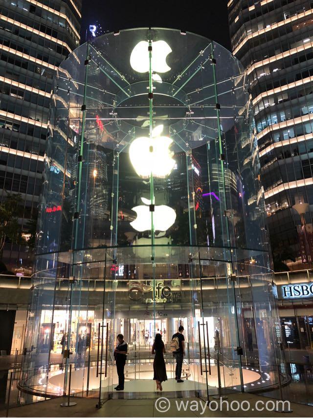 夜のApple Store上海のアップルロゴ