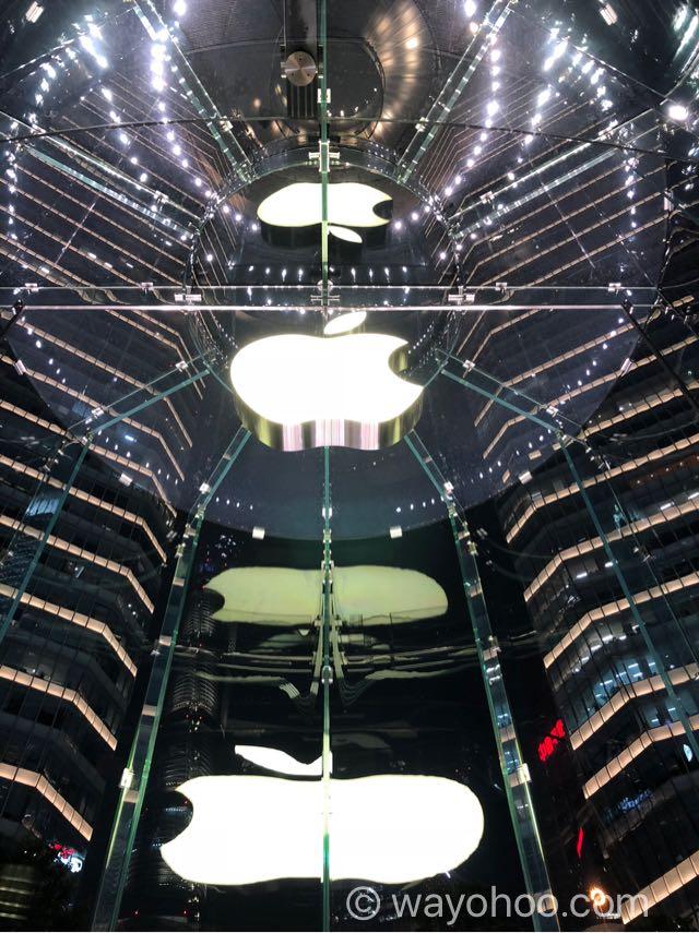 下から煽ったApple Store上海のアップルロゴ