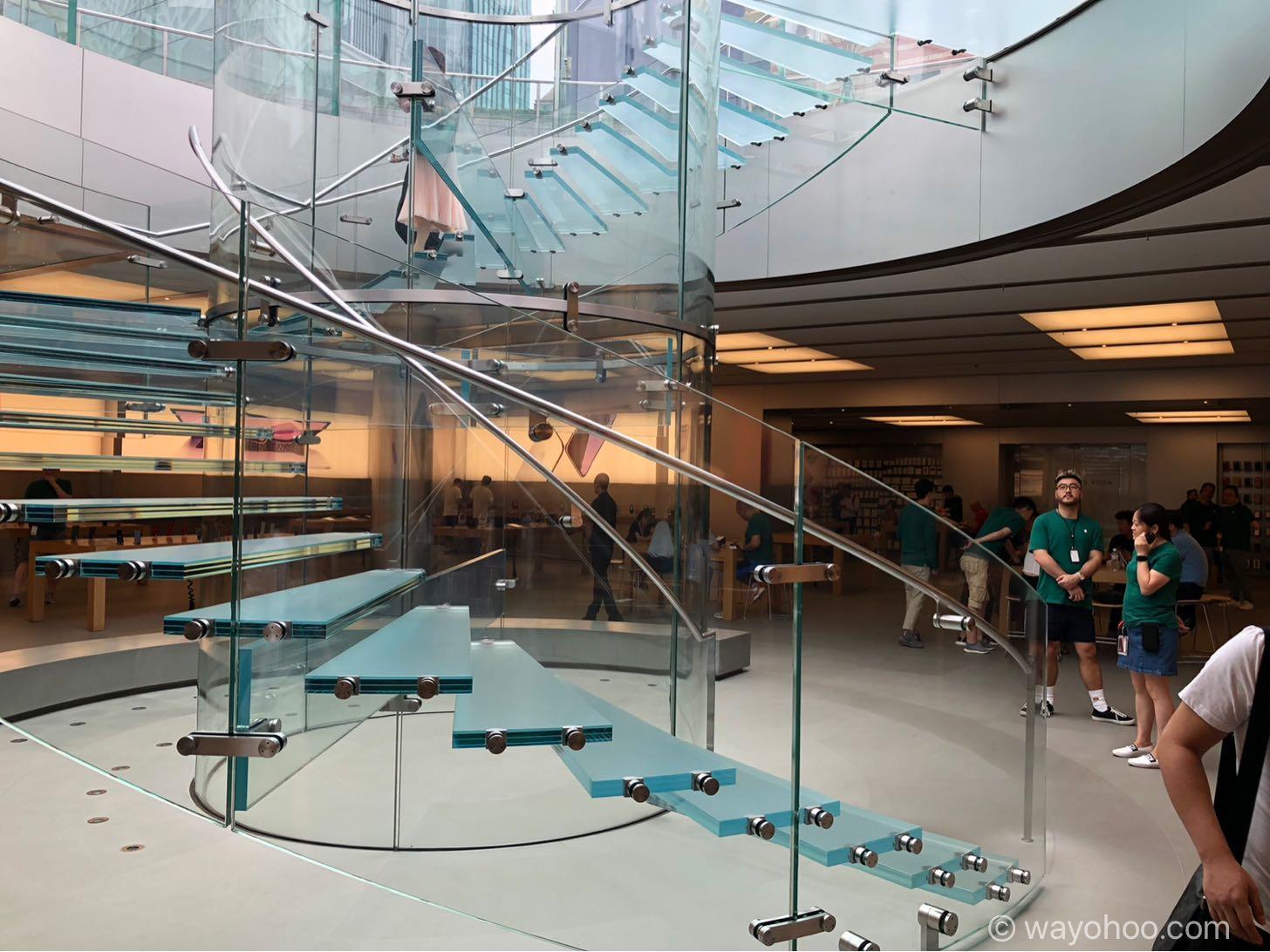 Apple Store上海のガラスの螺旋階段。