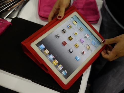 CES 2011に第2世代iPadのケースが。大型スピーカー用の穴を装備。