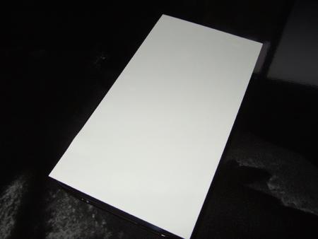 付属されているホコリ取りシールを、iPhoneの液晶にぴっちり張り込み、ホコリを除去