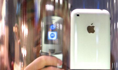 ニューヨークじゃiPhone 3G購入に行列ができている。
