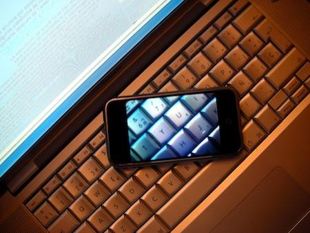 これがiPhone 4G!? 以前EngadgetにあったiPad写真内のiPhoneにその可能性。