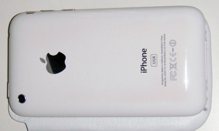 iPhone 3GSの白がたとえ変色してもアルコールで拭けば元通りらしいです。