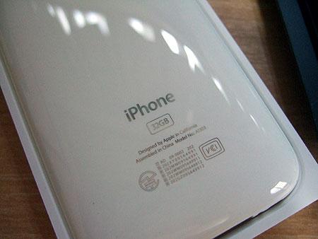 iPhone 3GSの裏は製品名もクローム