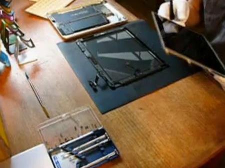 iPadを修理しているムービー。