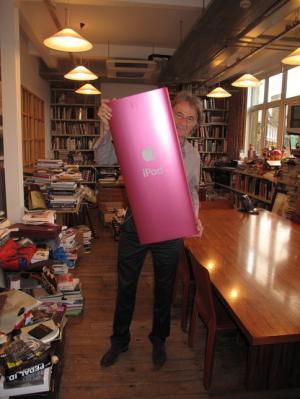 iPodをデザインしたジョナサン・アイブがポール・スミスにジャイアントiPod nanoをプレゼント。