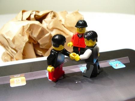 小人なレゴブロック3人がおりなす、ちょっと大変な iPad 開封の儀。