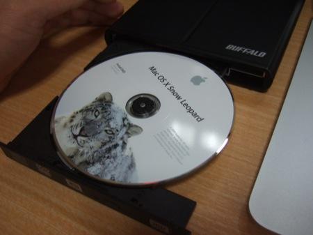 Snow LeopardをDVDドライブに挿入。