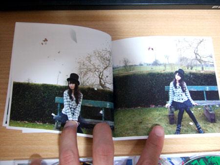 歌詞カードが前半奈々さんの写真集に!
