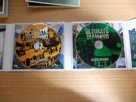 CD本体と、初回特典の「新宿コマ座長公演「水樹奈々大いに唄う」」のDVDが鎮座!
