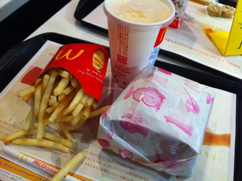 圧倒的カロリー数!期間限定で復活したマクドナルドの「メガてりやき」を喰らう!