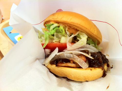 喰いづらいけど辛美味!モスバーガーのピリ辛「フルーツ味噌」チキンバーガーを喰らう!