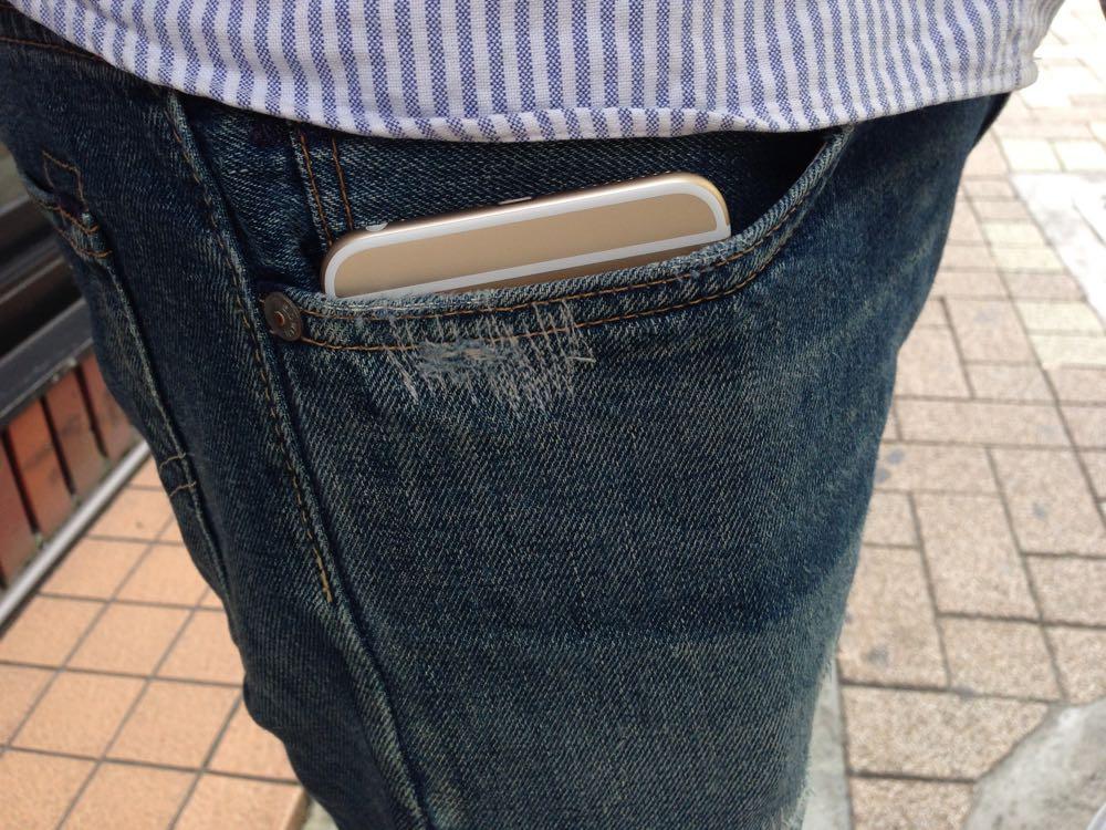 iPhone 6 Plusはジーンズの前のポケットに入ります。