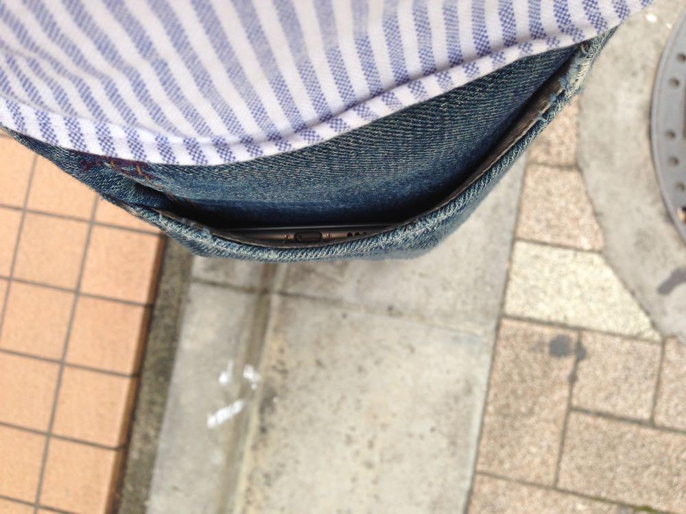 iPhone 6 Plusはジーンズのポケットにスポッと入ってしまいます。