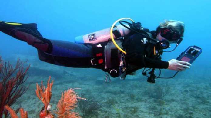 水中90MでもiPodやiPhoneを使えるカバー「iDIVE300」