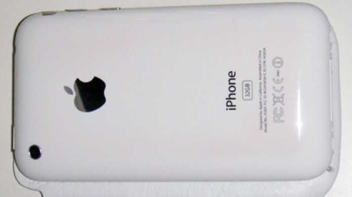 iPhone 3GSの白がたとえ変色してもアルコールで拭けば元通りらしい。